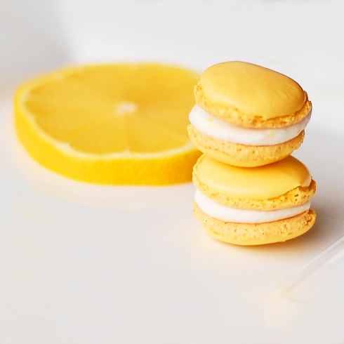 Lemon meringue macarons